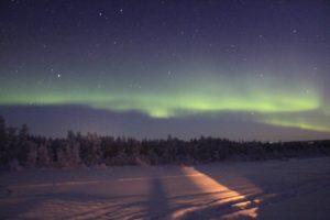 kissing under the northern lights nomadsoulmates.com